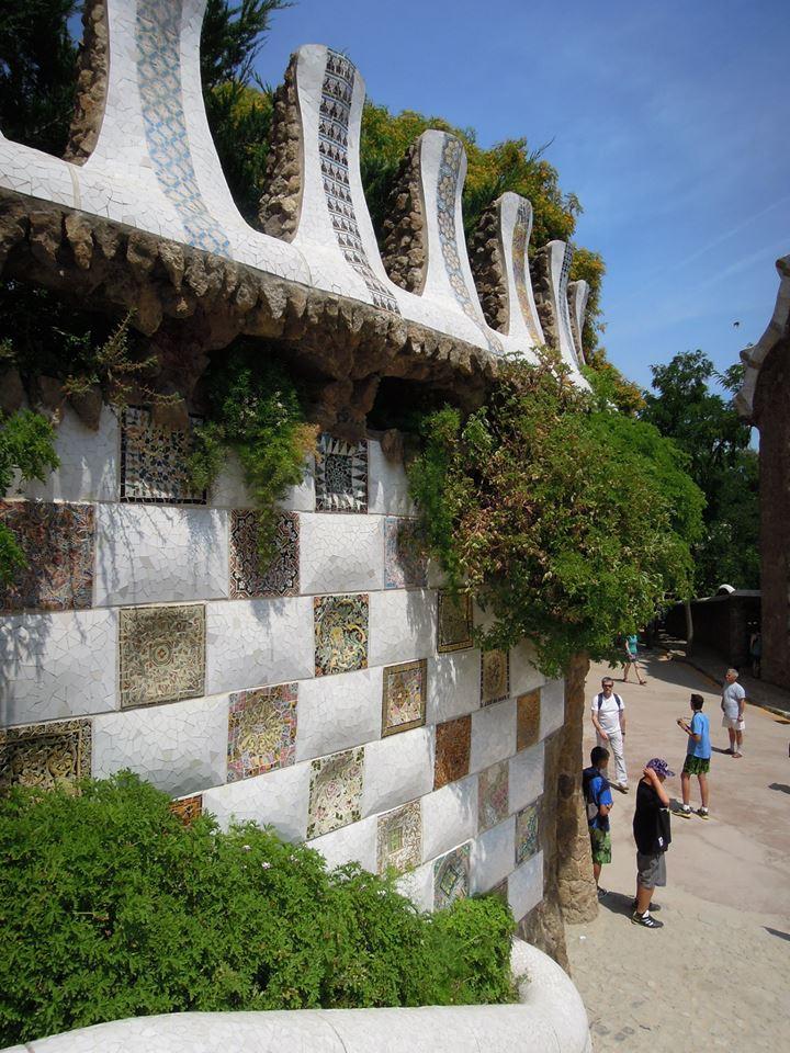 Parc Güell, ritad och konstruerad av Antoni Gaudí. Parken bjuder på makalösa kreationer av mosaik och utsågs 1984 av Unesco till ett av våra världsarv.