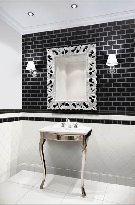 Viktorianskt badrum med vitt och svart kakel