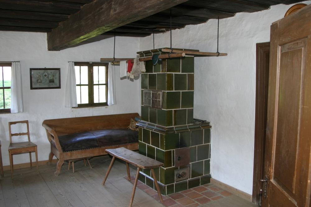 Bild på rum med kakelugn på kakelplattor