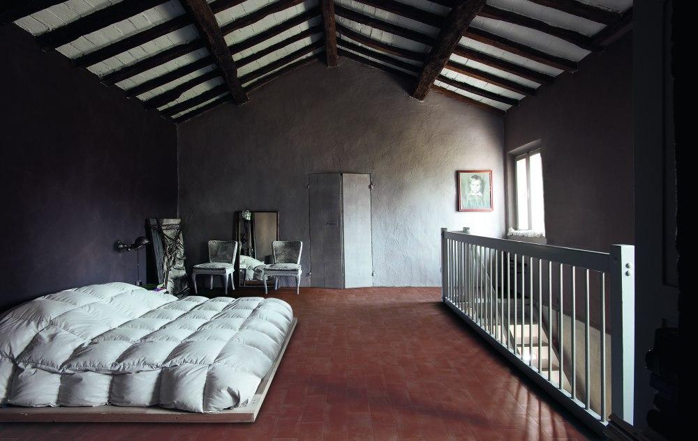 Kakeldaxgruppen-sovrum med cotti d'italia på golvet