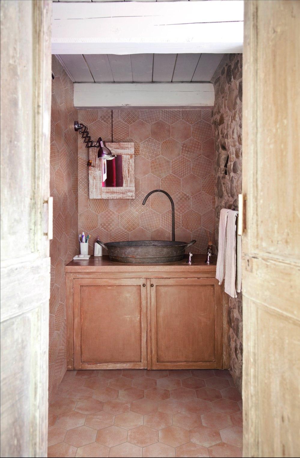 Kakeldaxgruppen-badrum med cotti d'italia hegagoner på vägg och golv
