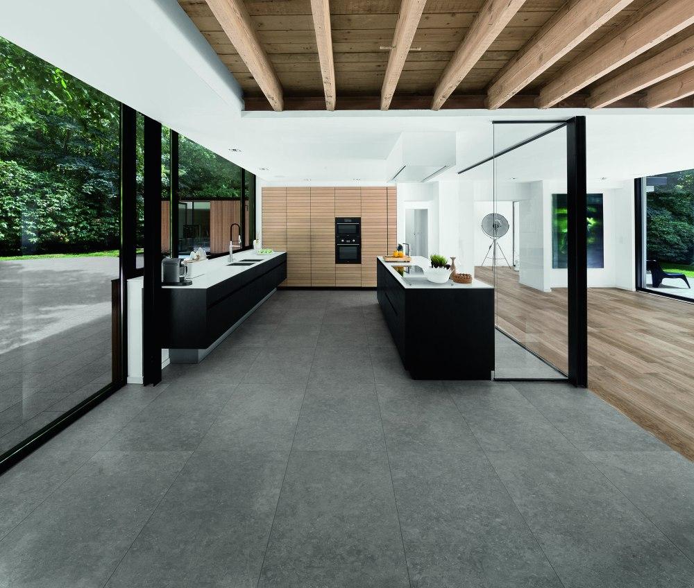 Köksmiljö med Bluestone mörkgrå platta på golvet