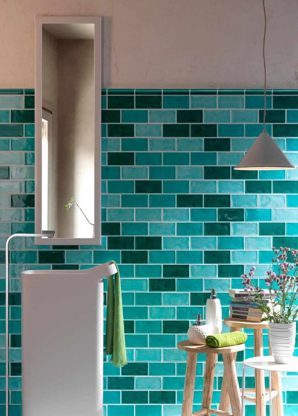 Kakeldaxgruppen-Krakle-badrumsmiljö med olika nyanser av grönt på väggen