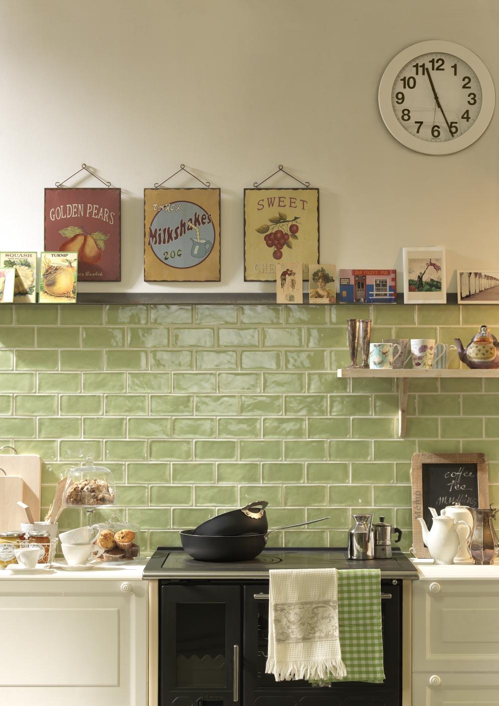 Kakeldaxgruppen-krakle-miljöbild på kök med ljusgrönt kakel