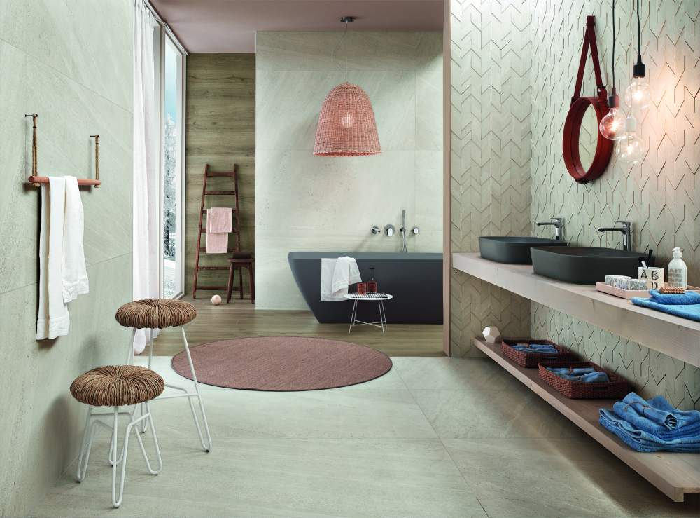 Badrumsmiljö med ljusa plattor på både golv och väggar