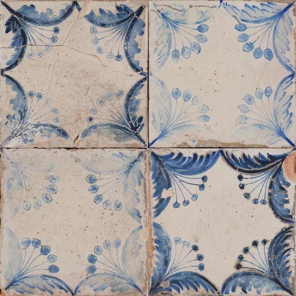 Produktbild på vit platta med blått mönster.