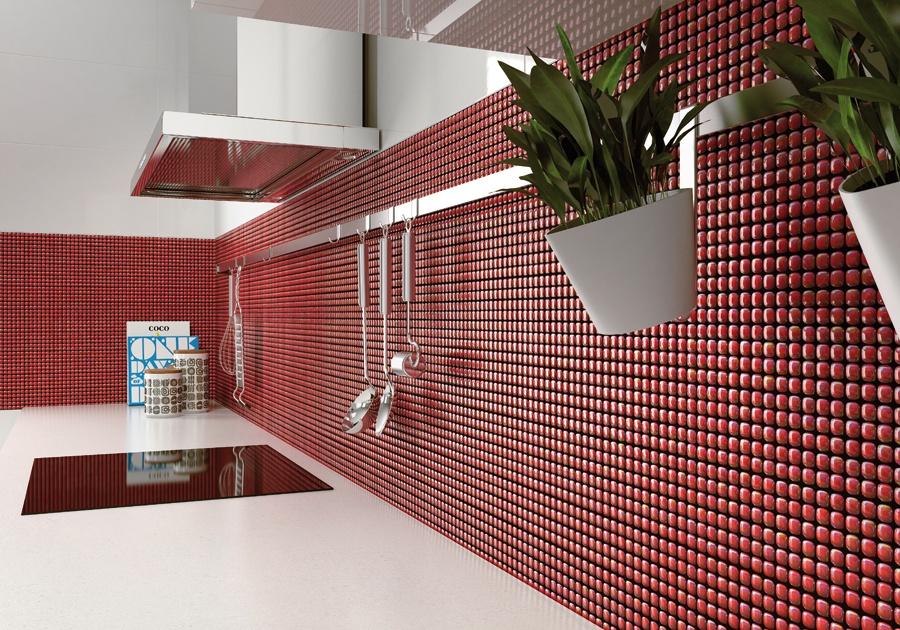 Närbild på köksbild med vägg med röd glasmosaik.