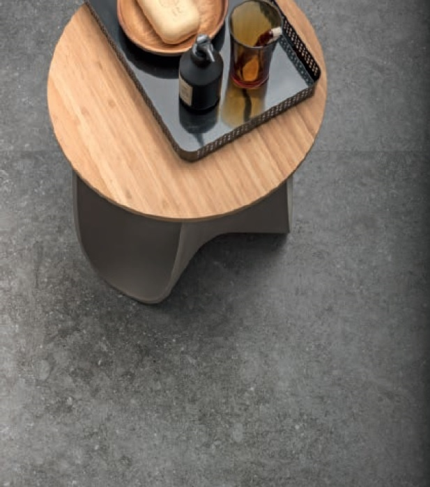 Bild tagen ovanifrån på ett bord som står på ett golv med mörk stenliknande granitkeramik.