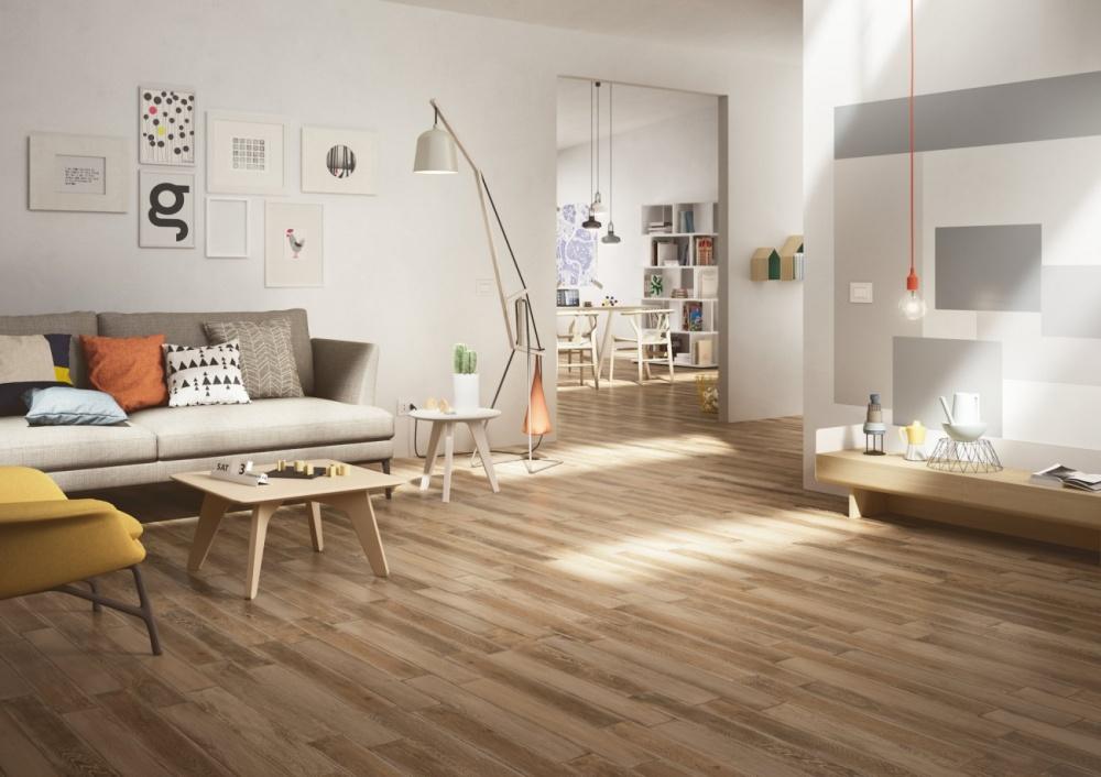 Vardagsrum med soffa, soffbord och träklinker.
