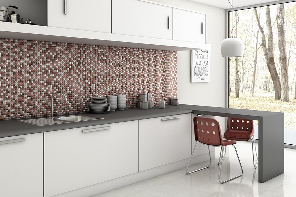 Miljöbild över ett kök med vita skåp och röd mosaik som stänkskydd.