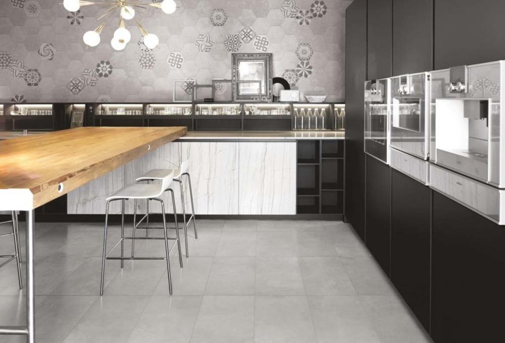 Miljöbild över ett kök i gråskala.