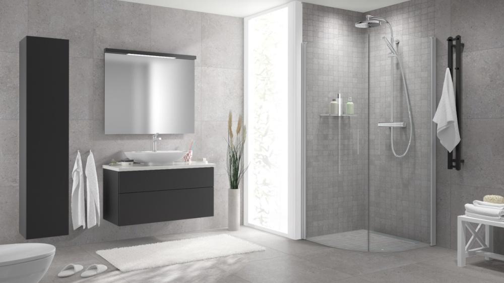 En badrumsmiljö i gråskala, både vägg och golv har ljust grå plattor.